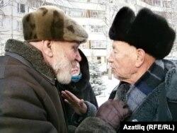 Владимир Демченко (сулда) һәм Айдар Хәлим һәйкәл хакында сөйләшәләр