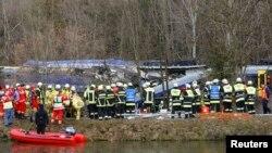 Գերմանիա - Փրկարարներն ու բժիշկները գնացքների բախման վայրում, 9-ը փետրվարի, 2016թ.