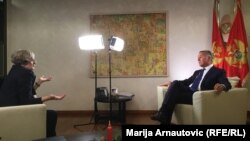 Urednica RSE Sabina Čabaravdić u razgovoru sa crnogorskim premijerom Milom Đukanovićem