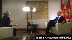 Sabina Čabaravdić tokom razgovora sa Milom Đukanovićem