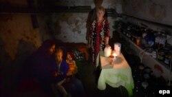 Родина у підвалі свого будинку під час обстрілів у Слов'янську, 25 червня 2014 року