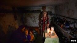 Импровизированное бомбоубежище в подвале жилого дома. Славянск, 25 июня 2014 года