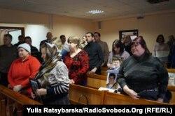 Люди прийшли до судової зали з портретами рідних, яких втратили