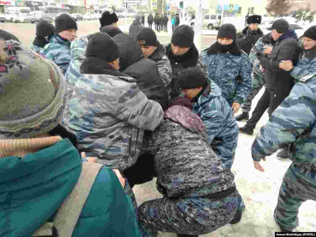 """""""Азаттыктын"""" казак кызматынын кабарчылары Чымкенте полиция Көз карандысыз паркынын жанынан жыйырма кишини, Актөбөдө 10 кишини кармаганын кабарлады."""