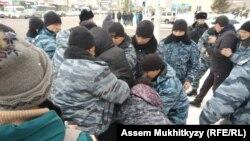 Сотрудники спецподразделения полиции задерживают предполагаемого участника протестной акции. Нур-Султан, 22 февраля 2020 года.