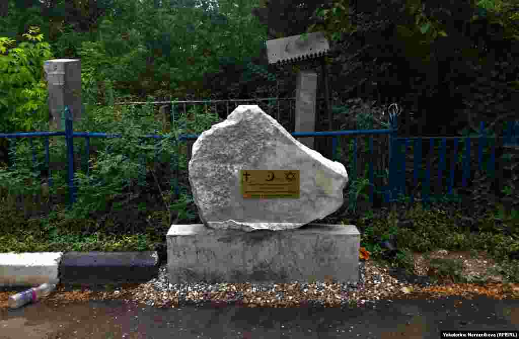 "A memorial to the civilians who died ""during the tragic events"" in the Chechen Republic."