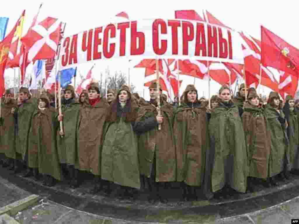 """Акция движения """"Наши"""" у московского офиса Евросоюза 29 января. Прокремлевская молодежь протестует против возможного запрета на въезд в страны Шенгенской зоны для членов организации; по их мнению, за этой инициативой стоит Эстония."""