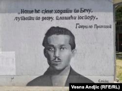 'U tim razmišljanjima različitih tipova elita bio je potreban samo jedan zajednički proces koji će učiniti sve njih - i Srbe u Srbiji i Srbe u Habsburškoj monarhiji i jugoslovenske narode - delom istog procesa, koji počinje pucnjima Gavrila Principa.' (na fotografiji grafit u Beogradu)