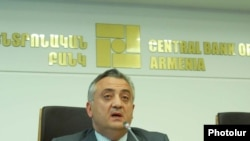 Председатель Центрального банка Артур Джавадян на пресс-конференции, Ереван, 14 июня 2011 г.