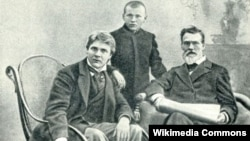 Фёдор Шаляпин с отцом и братом Василием, 1898