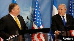 مایک پمپئو (چپ) در کنفرانس خبری مشترک با بنیامین نتانیاهو، نخستوزیر اسرائیل.