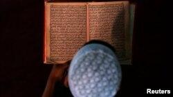 Աֆղանստանցին Ղուրան է կարդում, արխիվ