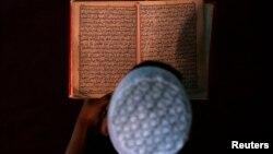 Медреседе Куран окуп отурган бала