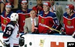 Виктор Тихонов в окружении игроков сборной России на Чемпионате мира 2004 года в Чехии