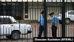 Астана қаласы қылмыстық атқару жүйесі ғимараты алдында тұрған полицейлер. (Көрнекі сурет)