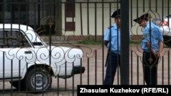Полицейские перед зданием комитета уголовно-исполнительной системы в Астане. Иллюстративное фото.