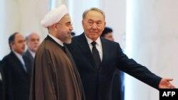 Presidenti Kazakistanit, Nursultan Nazarbaev dhe Presidenti iranian, Hassan Rohani, gjatë vizitës në Astana, sot.