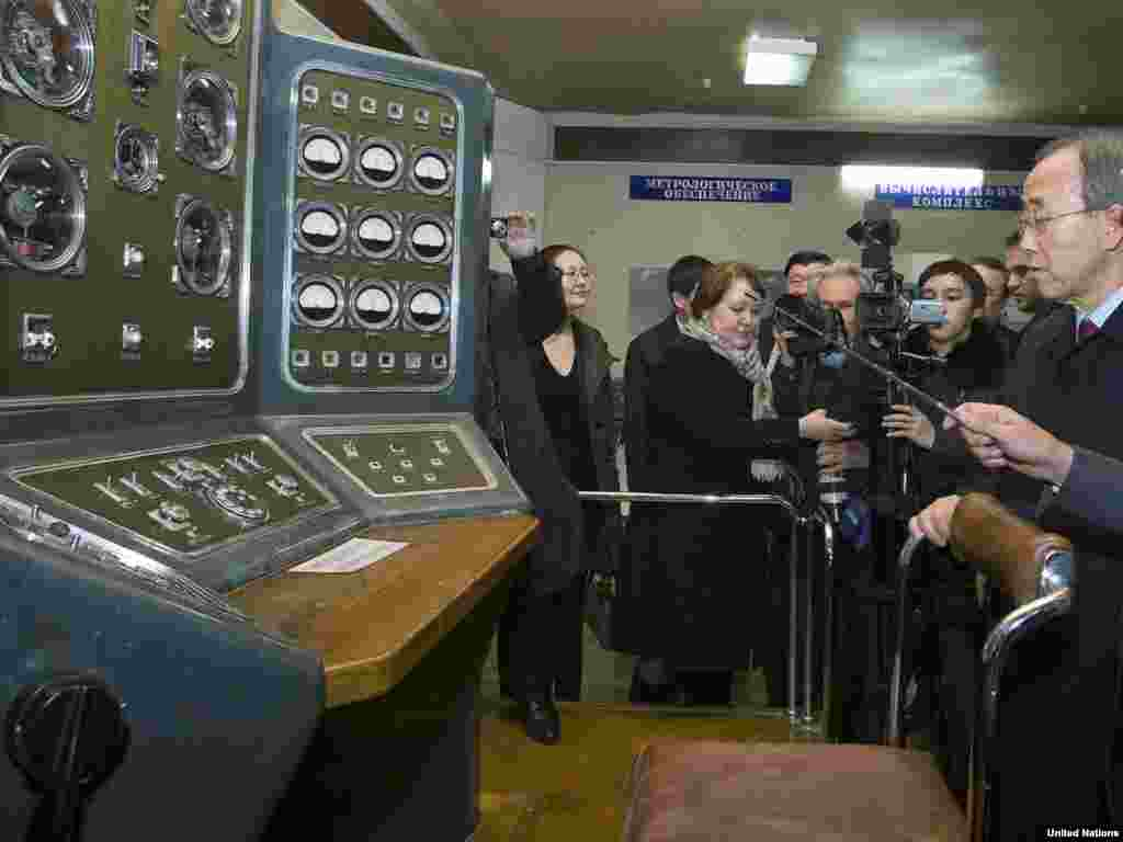 UN Secretary-General Ban Ki-moon (right) visits the museum at the Semipalatinsk test site on April 6, 2010.