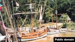Копии трех кораблей капитана Кристофера Ньюпорта у причала в Джеймстауне