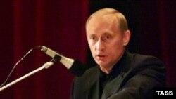 """Владимир Путин отвечает на вопросы родственников погбиших при крушении подводной лодки """"Курск"""". 22 августа 2000 года"""