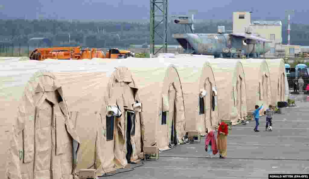 Евакуйовані з Афганістану на авіабазі США в Рамштайні, Німеччина. Авіабаза Рамштайн стала важливим центром операції з евакуації людей з Афганістану. В рамках операції «Притулок союзників» евакуйовані отримали тимчасове житло, їжу, воду і доступ до медичної допомоги під час підготовки до поїздки в кінцеві пункти призначення