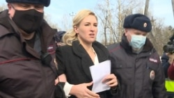 Head Of Russian Doctors' Alliance Detained Outside Prison Holding Navalny