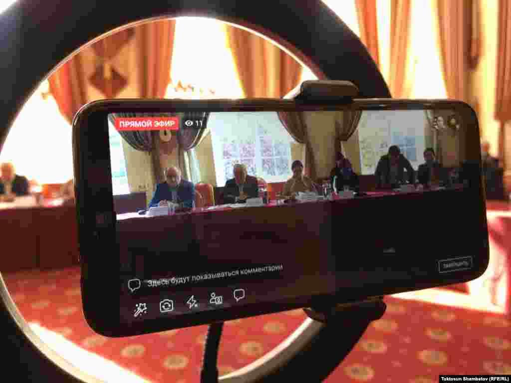 КИРГИСТАН - Киргистанската Централна изборна комисија денеска го одреди 20 декември како датум за нови парламентарни избори, откако на 4 октомври беа поништени парламентарните избори по јавните протести што ги соборија владата и спикерот на парламентот и доведоа до оставка на претседателот Соронбаи Јенбеков.