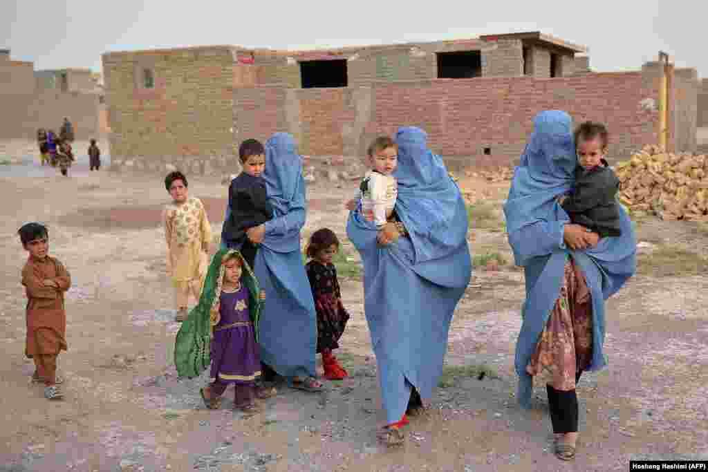 Një familje e zhvendosur afgane në provincën Herat. Luftimet midis forcave qeveritare dhe militantëve talibanë atje janë intensifikuar, prejse forcat ndërkombëtare kanë nisur tërheqjen zyrtare nga Afganistani në fillim të majit.