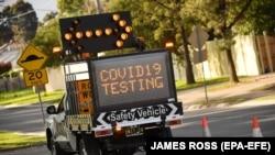 Указатель на грузовике в Мельбурне рядом с центром сдачи теста на COVID-19.