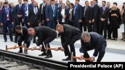 Президенты Турции Реджеп Эрдоган, Азербайджана Ильхам Алиев и премьер-министр Грузии Георгий Квирикашвили открывают железную дорогу Баку-Тбилиси-Карс, 30 октября 2017 г.
