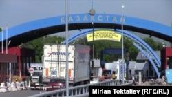 На контрольно-пропускном пункте на границе Кыргызстана с Казахстаном. Иллюстративное фото.