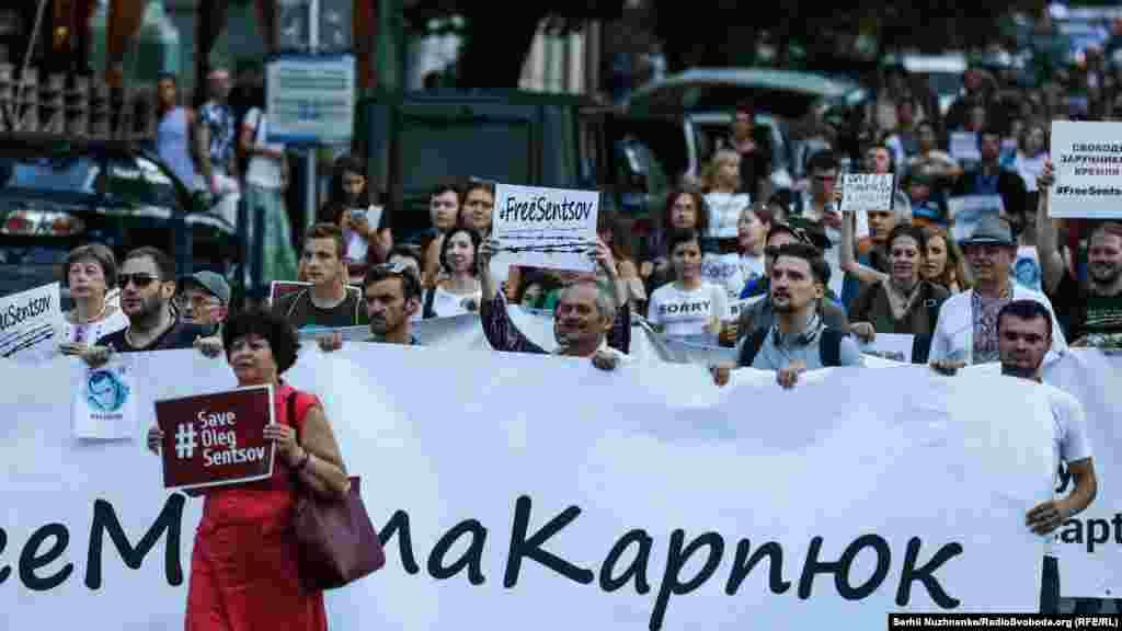 После Майдана независимости активисты устроили шествие к посольству Германии