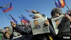 Мешканці Донецька на сепаратистському мітингу, 12 лютого 2015 року