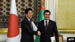 Ýaponiýanyň premýer-ministri Şinzo Abe we Türkmenistanyň prezidenti Gurbanguly Berdimuhamedow. 23-nji oktýabr, 2015 ý. Aşgabat.