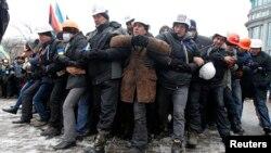 Чоловіки Євромайдану проводять вишкіл протидії силовикам