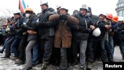 Манифестанты на улицах Киева учатся противодействовать милиции