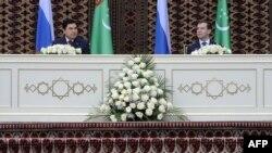 Türkmenistanyň prezidenti Gurbanguly Berdimuhamedow (çepde) we Orsýetiň prezidenti Dmitriý Medwedew Aşgabatda, 2009-njy ýylyň 22-nji dekabry.