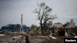 Pamje nga vendbanimi Semenovka që është dëmtuar rëndë nga luftimet e forcave qeveritare me kryengritësit