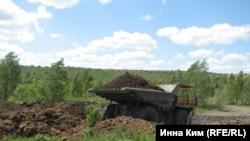 """""""БелАЗы"""" везут смесь для засыпки пожара. Но местные уверены: через несколько дней все начнется заново"""