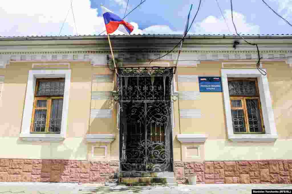 Офіс «Російської громади Криму» після спроби підпалу, в якому звинуватили Олега Сенцова й Олександра Кольченка, 14 квітня 2014 року