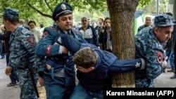 Ереванның орталығында шеруге шыққан адамды полиция ұстап әкетіп барады. Армения, 20 сәуір 2018 жыл.