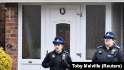 Полицейские у дома, где проживал Сергей Скрипаль