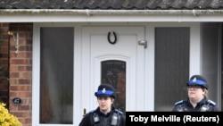 Сотрудники полиции у дома Скрипалей. Архивное фото
