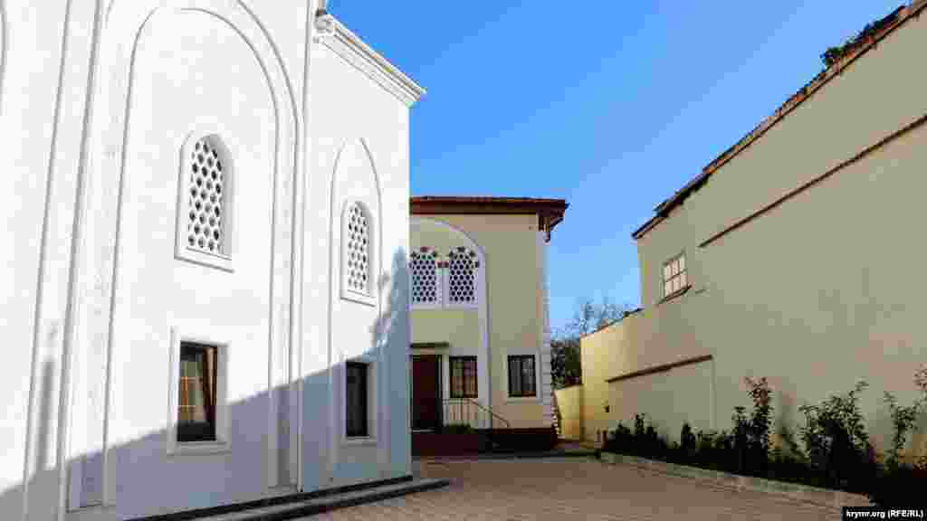 Комплекс «Сеит-Сеттар» включает мечеть, медресе (мусульманское учебное заведение), корпуса для проживания студентов и административное здание для религиозной общины