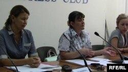 «Қазатомпром» компаниясының тұтқындағы басқарушыларының әйелдері (солдан оңға қарай): Жәмила Жәкішева, Марика Цоцория және Наталья Парфенова. Алматы, 1 шілде 2009 ж.
