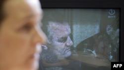 تصویر راتکو ملادیچ بر صفحه تلویزیونی در بوسنی و هرزه گوین که این فرمانده صرب متهم به انجام نسل کشی در این کشور است.