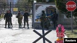 La intrarea în garnizoana unei unități militare ucrainene, la Perevalnoie, lîngă Simferopol.