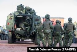 Фінські вояки готуються до навчань НАТО «Trident Juncture» в Лапландії на півночі Фінляндії. Жовтень 2018 році