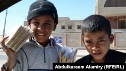 أطفال يبيعون حلوى في أحد شوارع بغداد