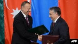 Macarıstanın baş naziri Viktor Orban (sağda) Azərbaycan prezidenti İlham Əliyev